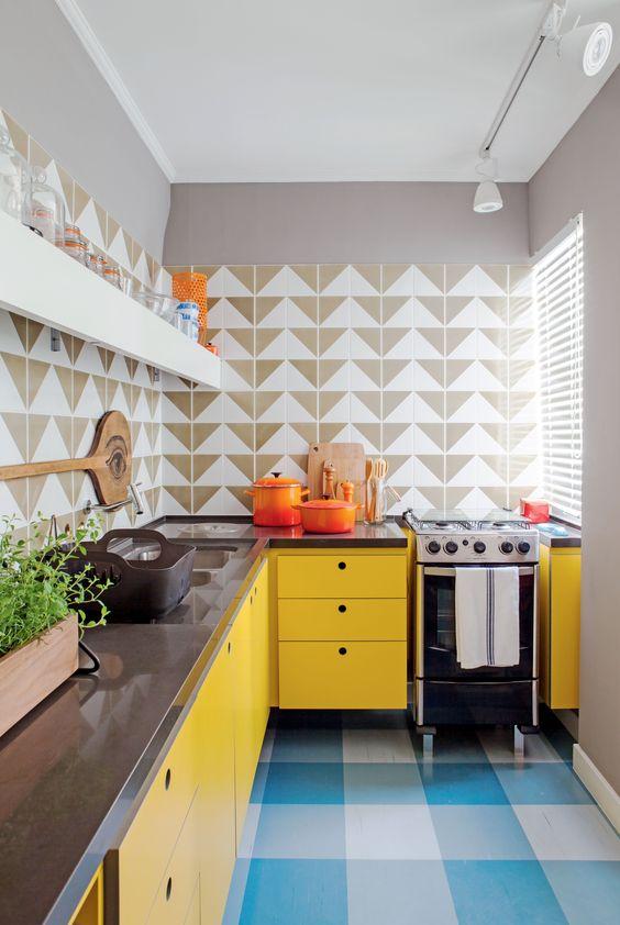 cozinha em L com azulejos geométricos