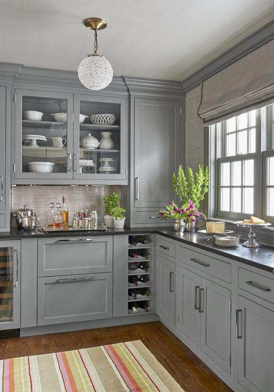 cozinha cinza clara com bancada preta