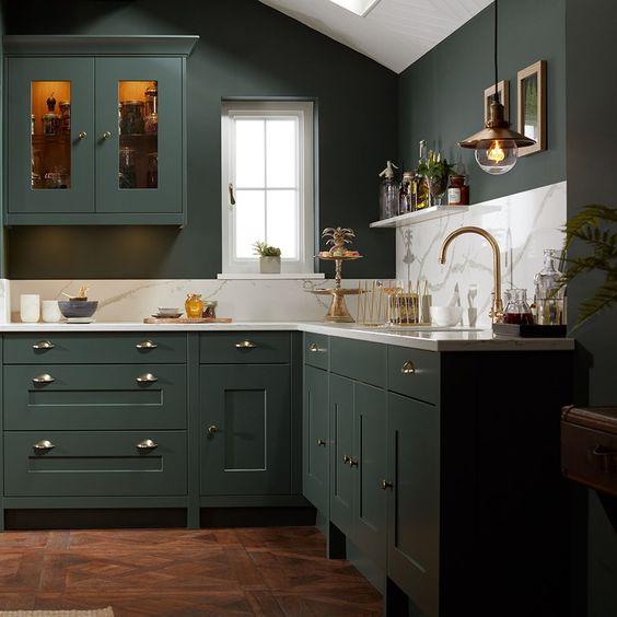cozinha verde e branca com puxadores concha