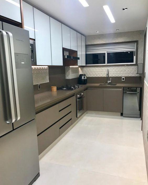 cozinha em L com armário marrom e branco e piso de porcelanato