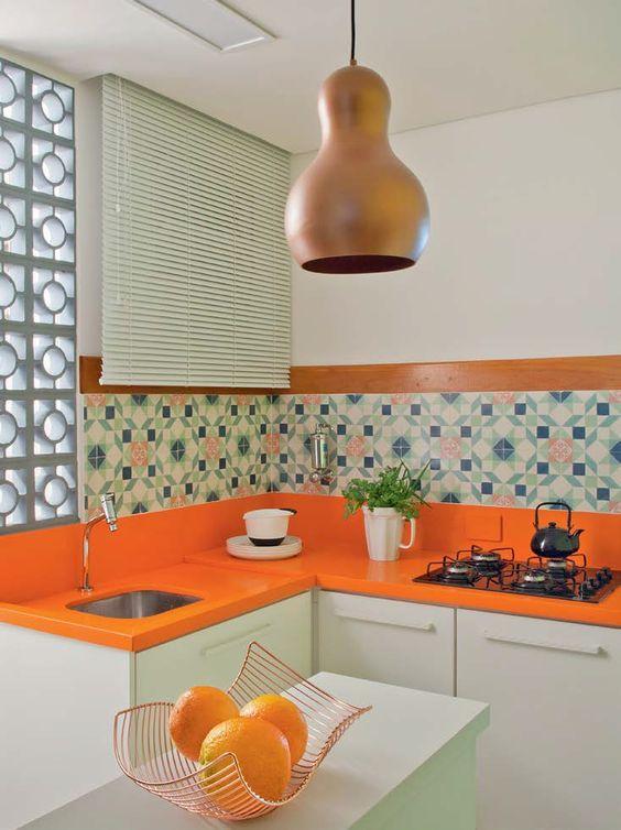 cozinha em L com bancada laranja