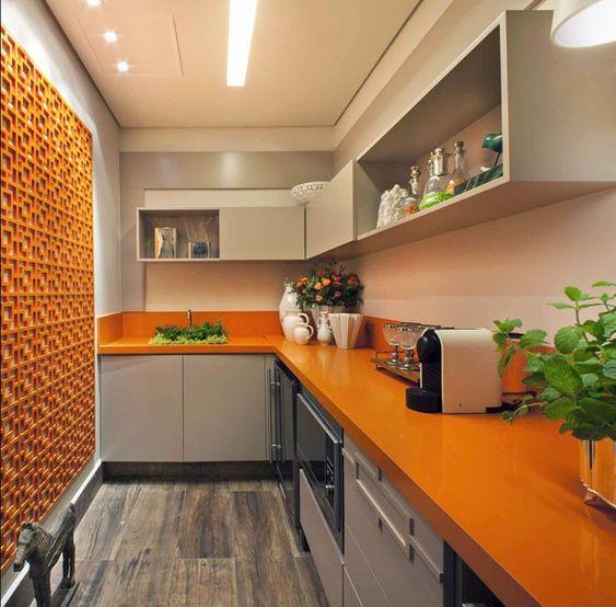 bancada laranja com armário branco.