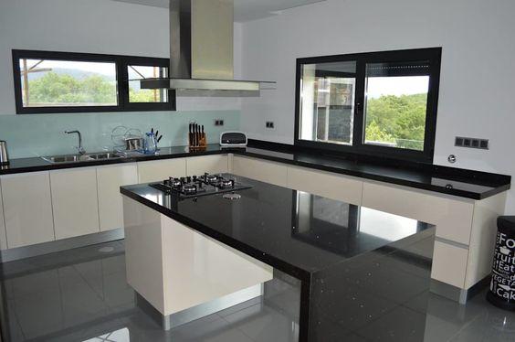 cozinha em L com frontão de vidro.