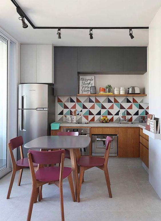 cozinha com cadeiras rosa