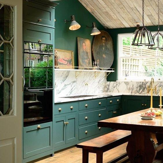 cozinha verde escura e dourada