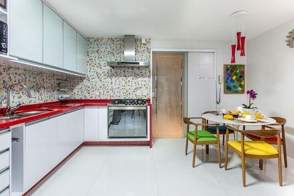 bancada vermelha de silestone com azulejos coloridos