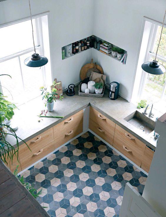 cozinha rústica com piso geométrico azul e cinza