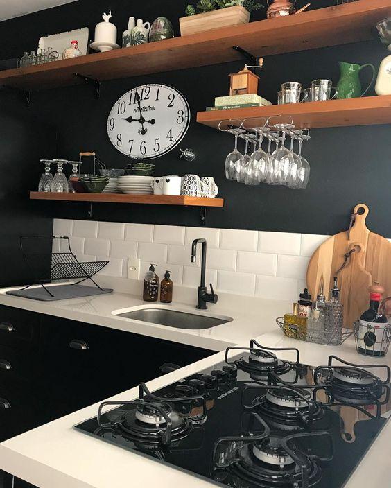cozinha em L com parede preta e bancada branca