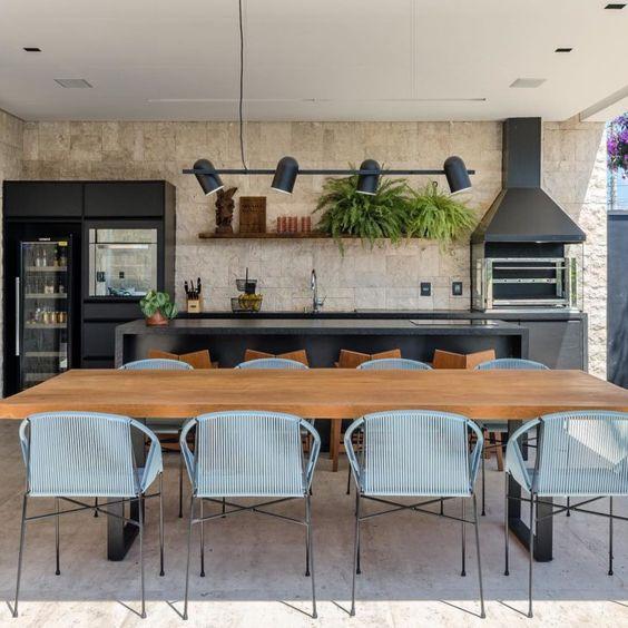 Cozinha decorada com iluminação direcionada.