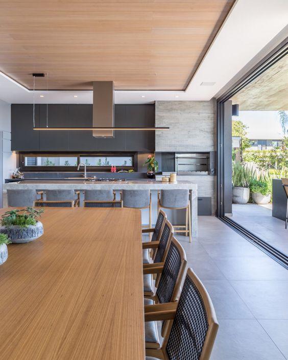 Cozinha separada da área esterna com portas de correr.