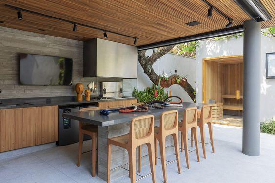 Cozinha gourmet em área externa aberta.