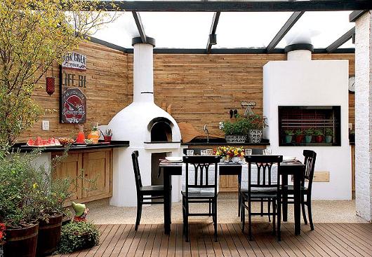 Cozinha gourmet externa com teto de vidro.