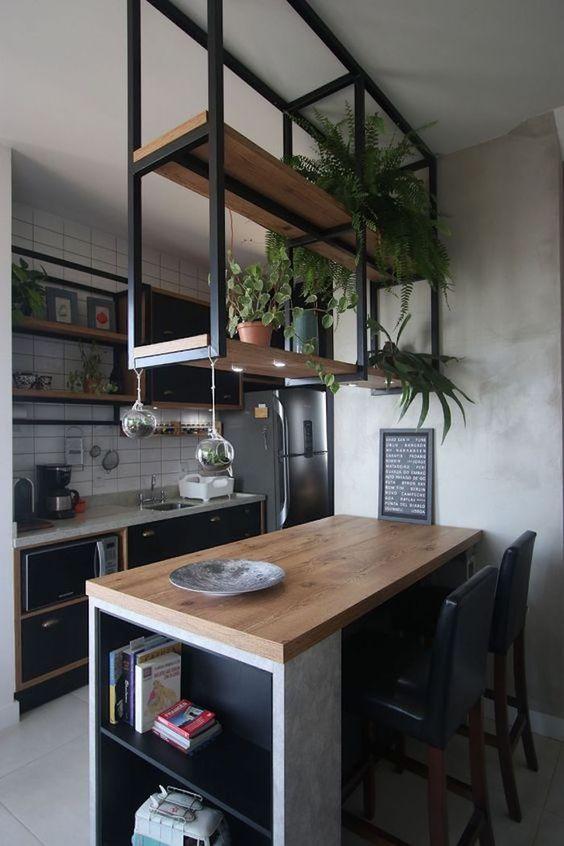 Pequena cozinha com nichos embutidos no balcão.