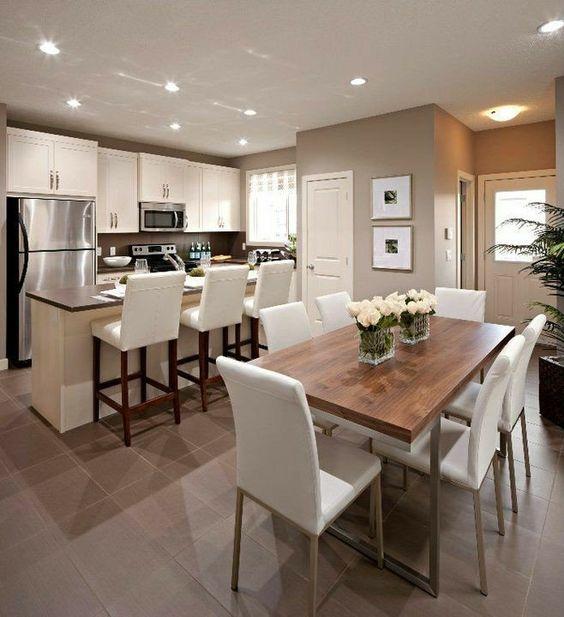 Cozinha e sala de jantar combinando as cadeiras e os armários.