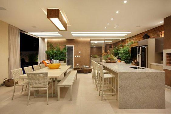 Cozinha e sala de jantar divididas por um balcão de pedra.