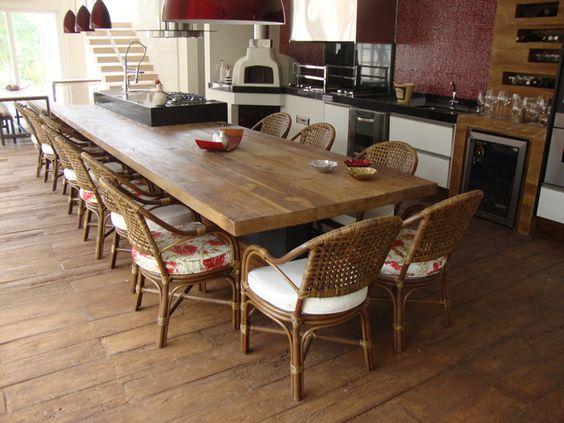 Cadeiras de mesa de jantar de madeira com estofados brancos e floridos.