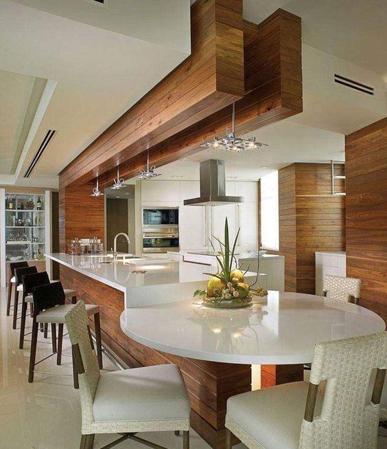Mesa de jantar integrada ao balcão da cozinha gourmet.
