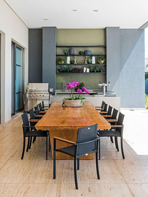 Cozinha decorada com vaso de flores na mesa.