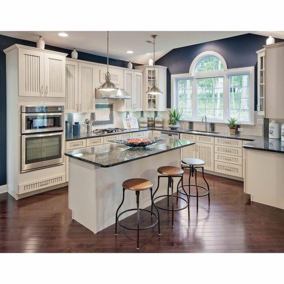 Cozinha com apoio e forno embutido no armário.