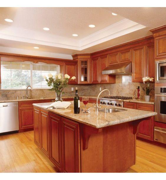 Cozinha decorada com armários e apoio central planejados.