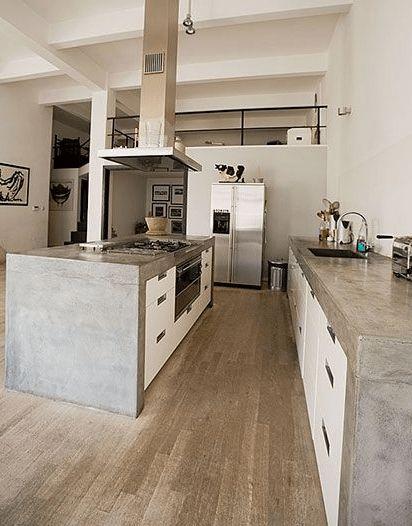 Cozinha gourmet com forno embutido, cooktop e coifa.