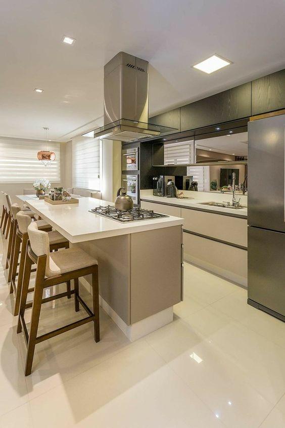 Ilha de cozinha com cooktop e gavetas.