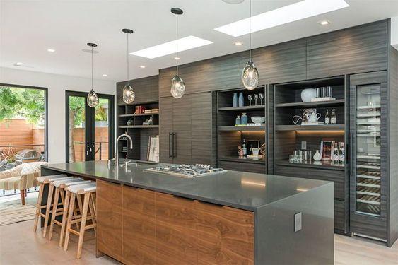 Cozinha com armário cinza, pia e cooktop.
