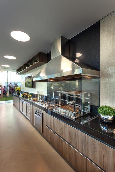 Cozinha gourmet  decorada com nichos e plantas.