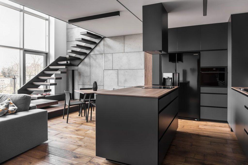 Cozinha decorada com eletrodomésticos pretos embutidos.