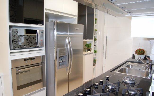 Ambiente pequeno com geladeira de duas portas.