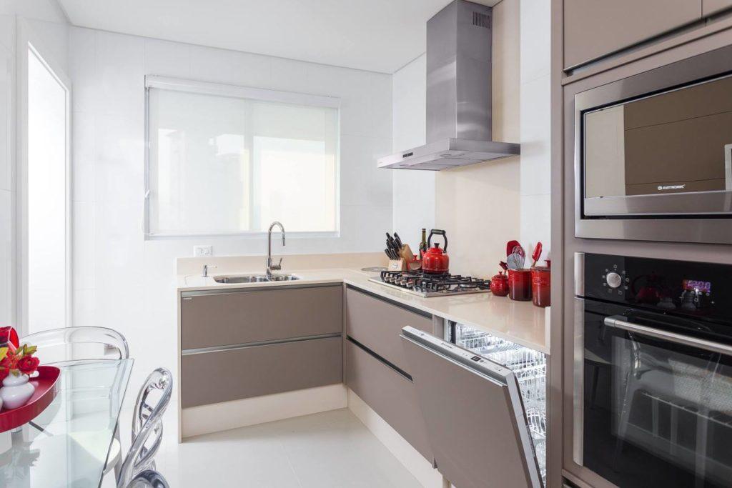 Cozinha planejada com lava-louça escondida em armário.