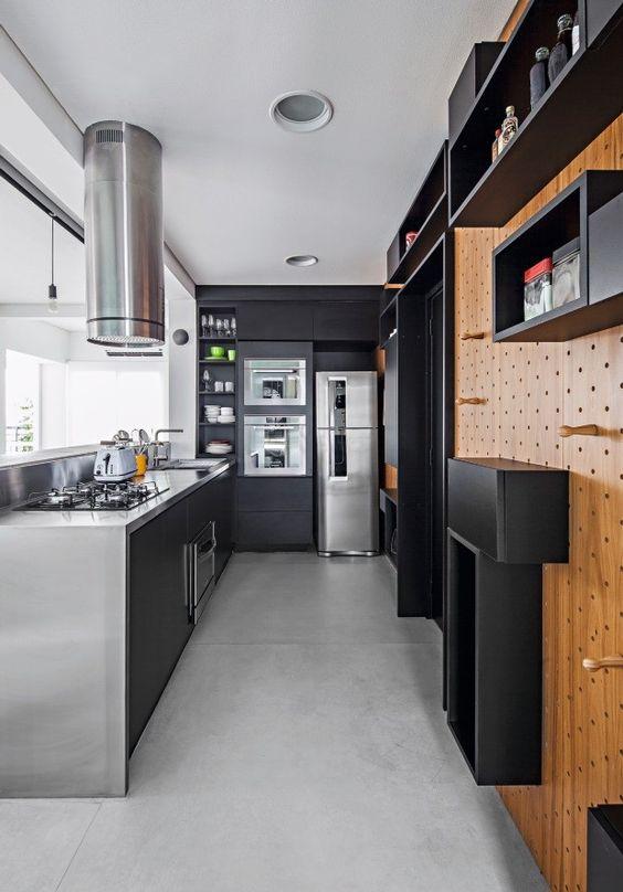 Cozinha gourmet com armários e nichos pretos.