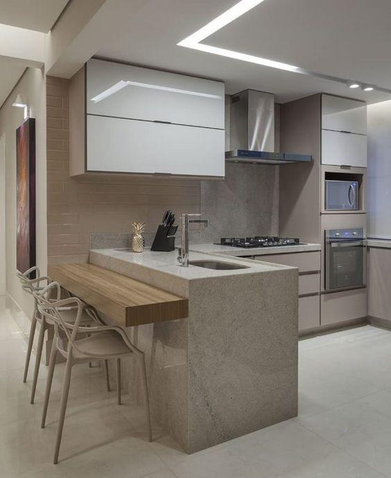 Decoração de cozinha com forno e cooktop embutidos.