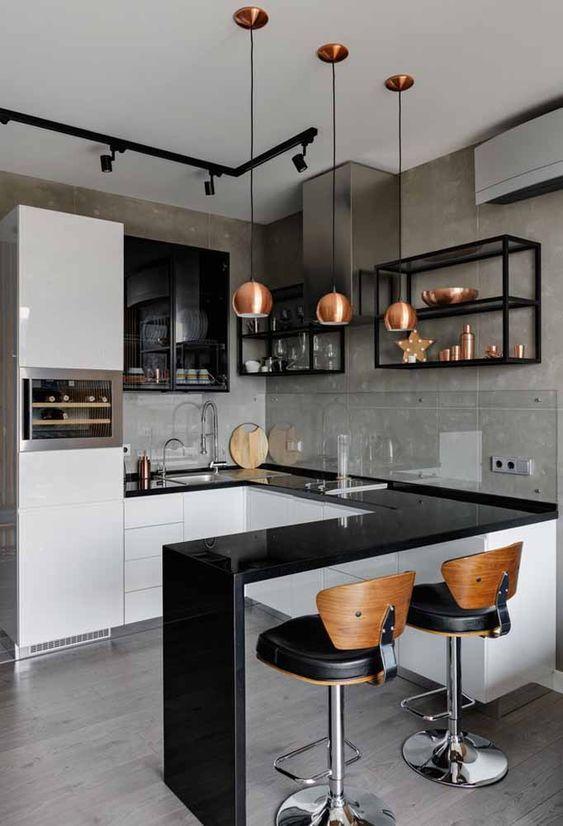 Decoração de cozinha pequena com iluminação suspensa no balcão.