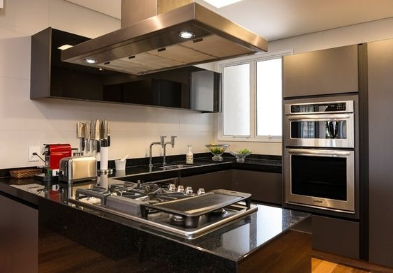 Cozinha gourmet simples com armário cinza e preto.