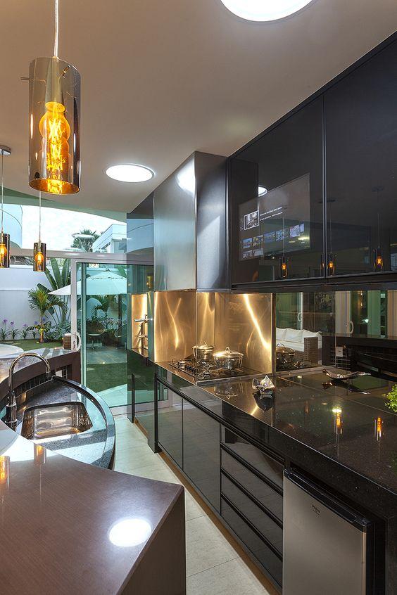 Cozinha gourmet com pia rebaixada em balcão meia lua.