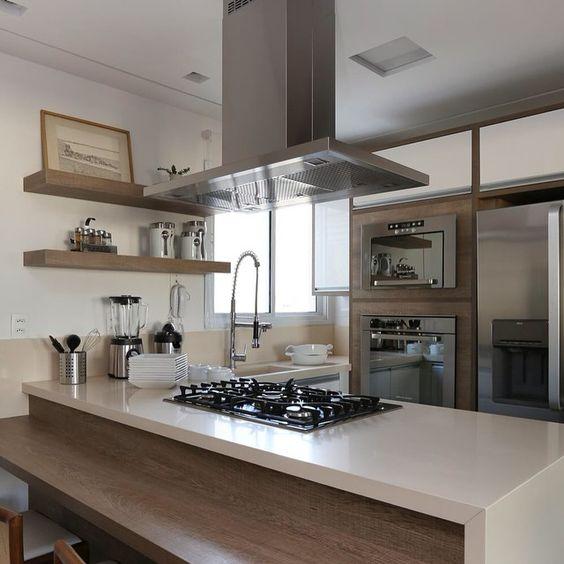 Pequena cozinha com cooktop no balcão.