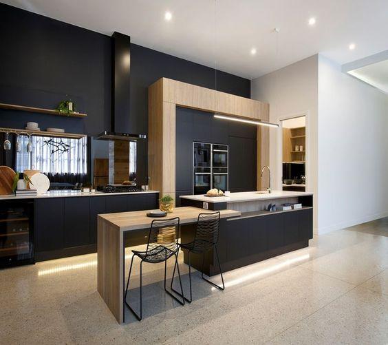 cozinha moderna preta com madeira clara