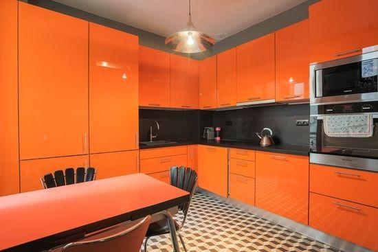 cozinha laranja  com piso geométrico