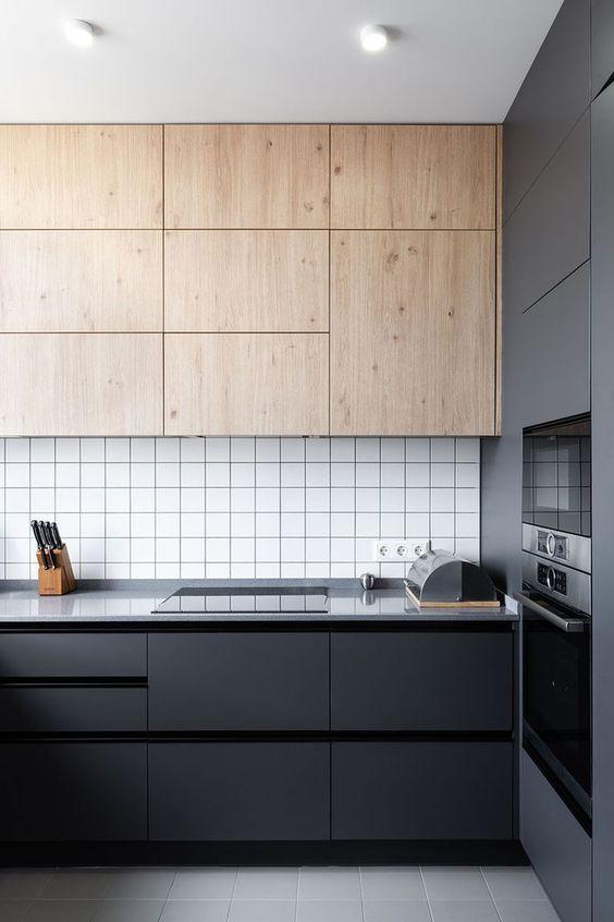 armário cinza com detalhes em preto e madeira