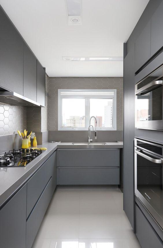 cozinha cinza com parede cinza