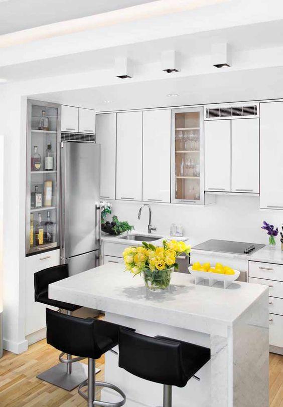 cozinha branca com ilha de pedra pequena