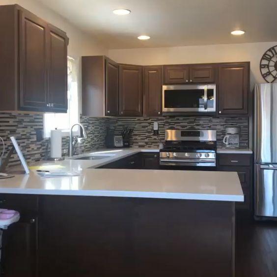 cozinha preta com península branca