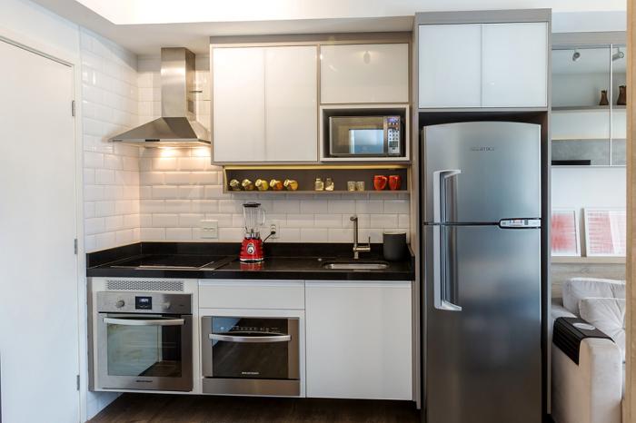 Cozinha planejada simples, com armários simples.