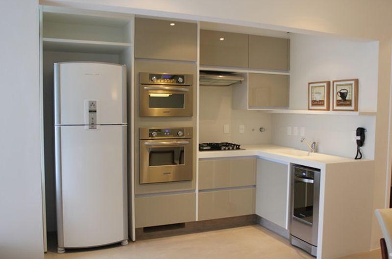 Cozinha planejada com tons neutros.