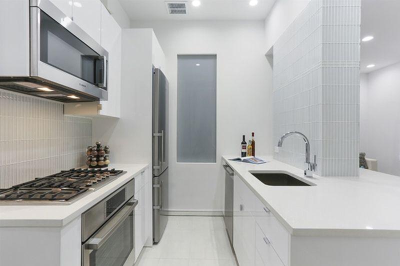 Cozinha planejada pequena e branca.