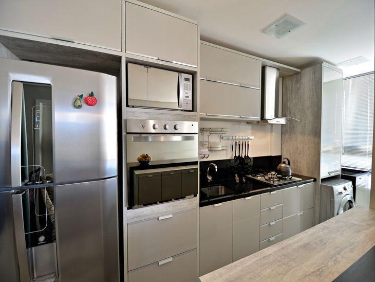Cozinha planejada com armários em tons neutros.