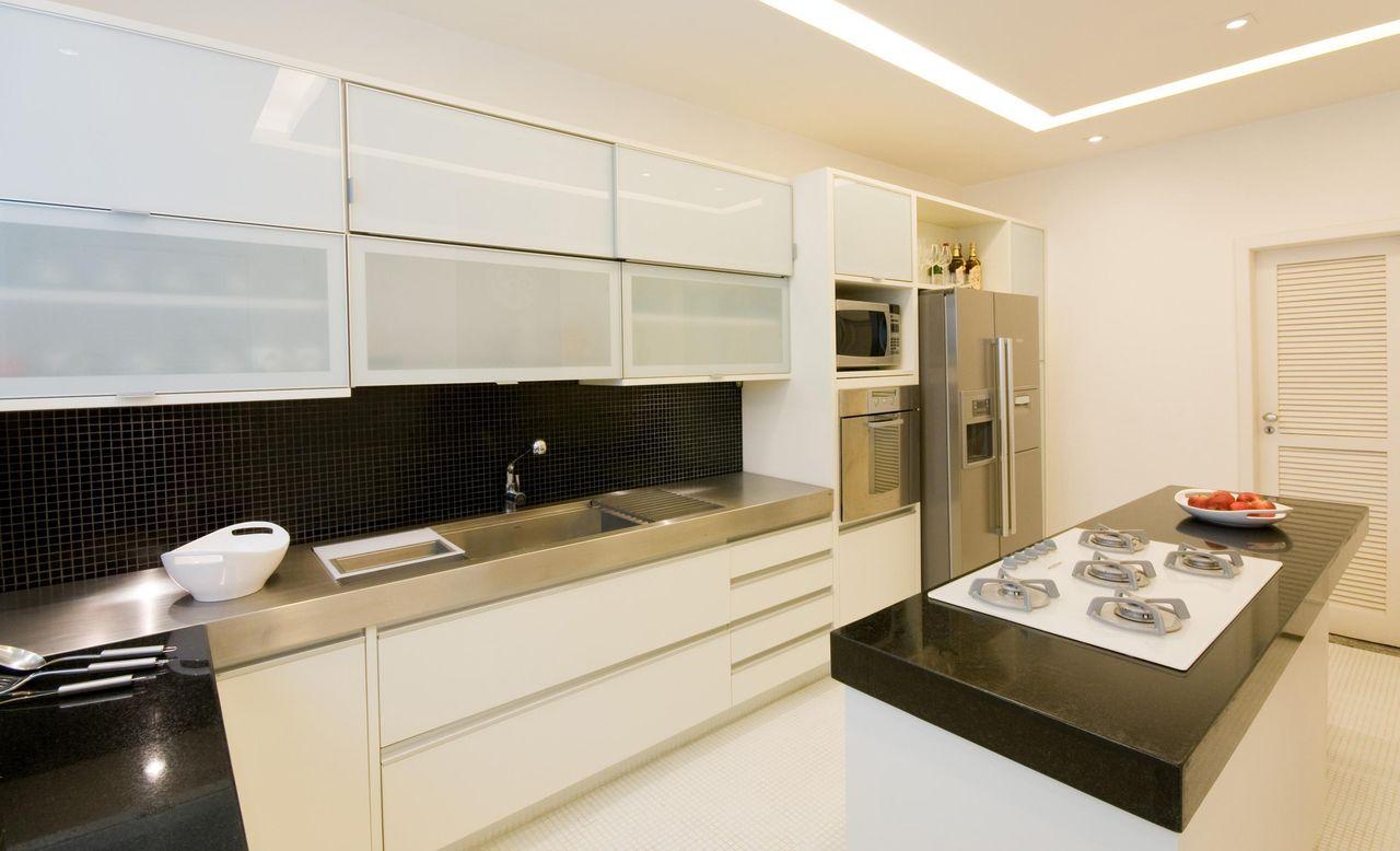 Cozinha planejada decoradas com pastilhas pretas.