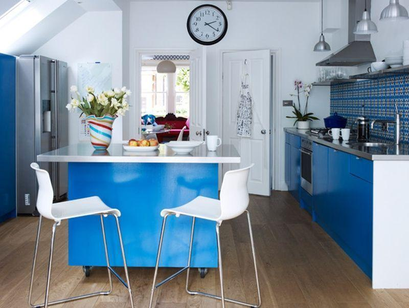Decoração com armários azuis.
