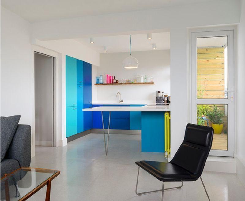 Decoração com armários azuis de diferentes tonalidades.